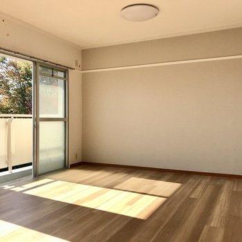 片側は淡いベージュのアクセントクロス。ナチュラルな家具をあわせたいな◯(※写真は清掃前のものです)