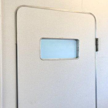 トイレの扉、宇宙ステーションみたいできゅんとしちゃいました(※写真は清掃前のものです)