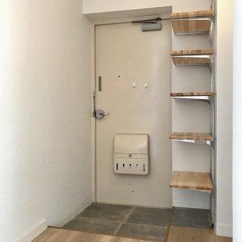 玄関にはオープンなシューズボックス。かっこよく、靴を並べたい(※写真は清掃前のものです)