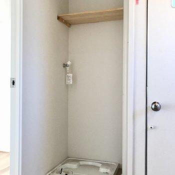 洗濯機置き場も脱衣所に。上には同じナチュラルな棚がありました(※写真は清掃前のものです)
