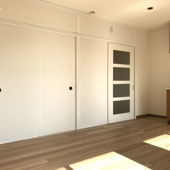 リビングの左の扉の先は洋室です(※写真は清掃前のものです)