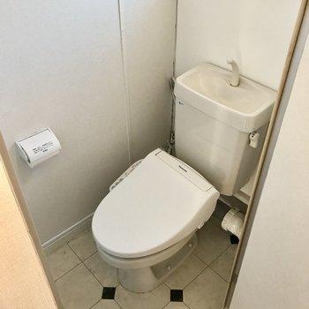 トイレにも窓と同じナチュラルな棚付き!(※写真は清掃前のものです)