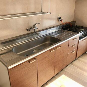 大きなシンクに両脇のスペース。洗ったお皿はそのまま上において干してもいいのかも!(※写真は清掃前のものです)