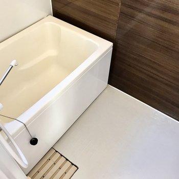 お風呂はこう見えて追焚、窓付き!ひねる蛇口だけどボタンがあるから安心です(※写真は清掃前のものです)