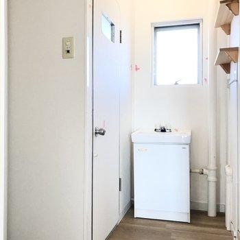 次はサニタリー。ちょこんとした洗面台が特徴◯鏡はお好きなものを持ち込んでくださいね(※写真は清掃前のものです)