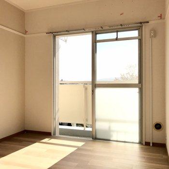 こちらの洋室も日当たり◎!寝室にぴったりです(※写真は清掃前のものです)