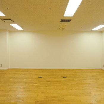 白の壁にオーク材の無垢床が合いますね