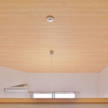 天井のウッドが素敵。※写真同タイプの2階のお部屋