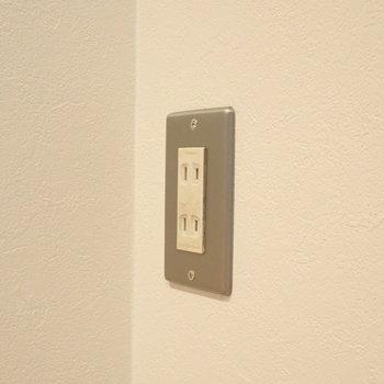 コンセントも、お部屋の質感に合う素材が使われていました。