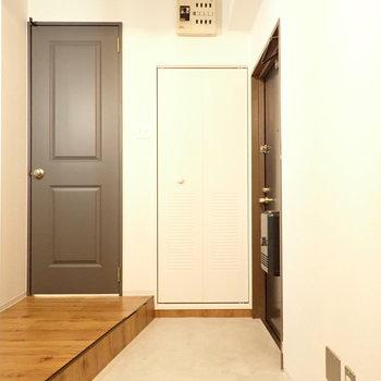 左側の扉は水回りへとつづきます