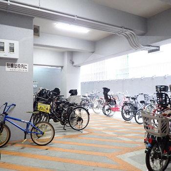 駐輪場は建物の下にあります