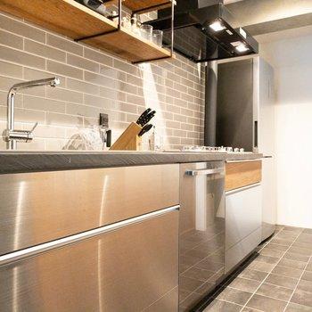 銀色に光るキッチン。