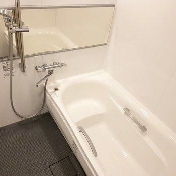 広い浴槽でリラックス。
