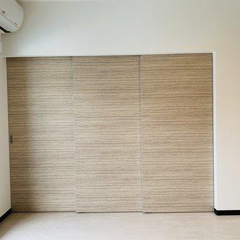 リビング横の洋室にはこの扉から〜
