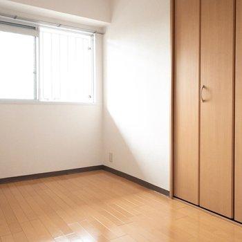 洋室】ベッドがちょうど入りそうな広さ。