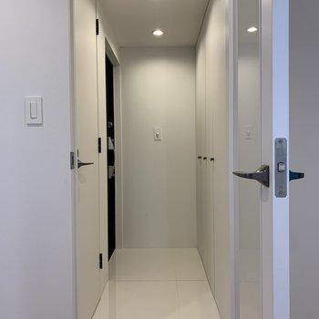フラットな玄関。左扉はトイレです。※写真は前回募集時のものです