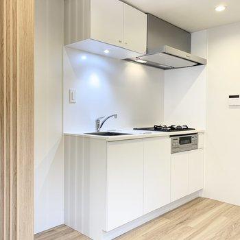 【LDK】キッチンは上下にしっかり収納できます。※写真は前回募集時のものです