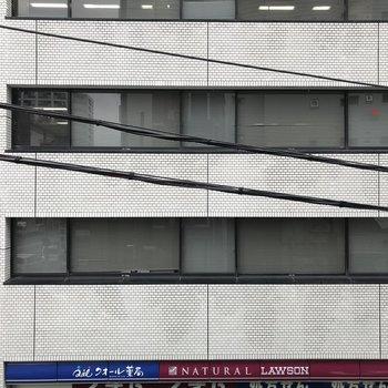眺望は大通りを挟んで建物があります