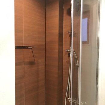 シャワーブースはブラウンのアクセントパネルが素敵