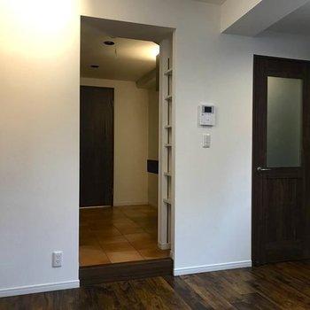 右側が玄関、左は水回りがまとまっています