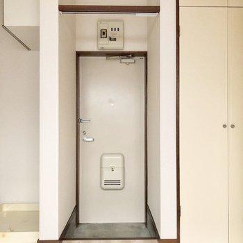 玄関にはカーテンレールがついています※写真は前回募集時のものです