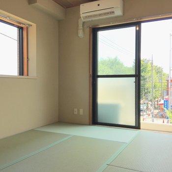 【和室】2面採光の和室。いいですね〜、アイスかじりながら寝っ転がりたい。