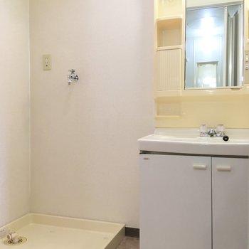 脱衣所には独立洗面台と洗濯機置き場。スペース十分です。