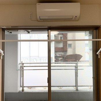 雨の日もエアコンの風で乾かせる折りたたみ室内干し設備うれしい!