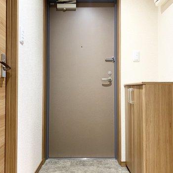 玄関、シックな茶色のトーンで素敵です。