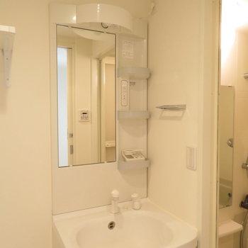 収納もばっちりの洗面台(※写真は15階の類似間取り別部屋のものです)