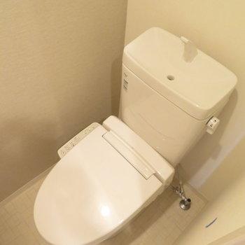 トイレはもちろん温水洗浄便座付きです(※写真は15階の類似間取り別部屋のものです)