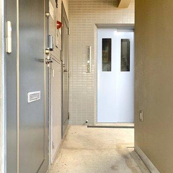 玄関出てすぐの所にエレベーターがあります。4階までお越しくださいね。