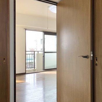 LDKに戻り、ドアを開けて南側の洋室へ。