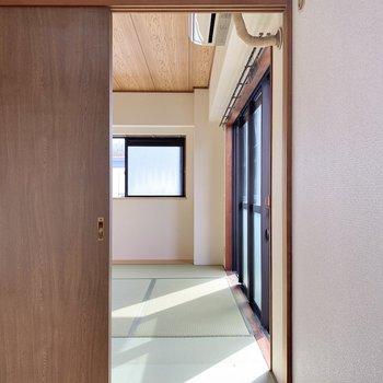 長押の隣の扉を開けると和室へ。