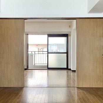 【LDK】正面の大きな扉の先は西側の洋室です。