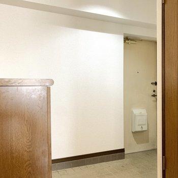 玄関はかなり広々空間。追加でラックも置けそうですよ。