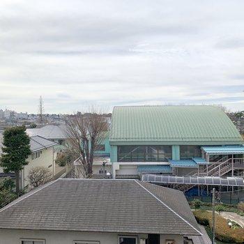 目の前は小学校。空も大きく見えますよ。