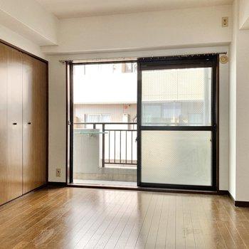 【洋室5.5帖】窓は1つですが、明るく開放的な空間になっています。