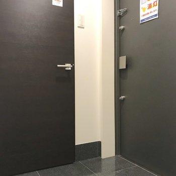玄関には大きなシューズボックスが。