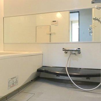 お風呂も綺麗で、鏡が大きいのは嬉しいですね。
