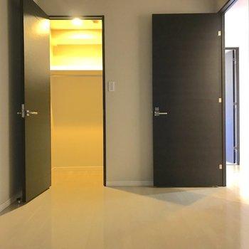 【洋室6帖】玄関横の洋室は寝室に使えそう。