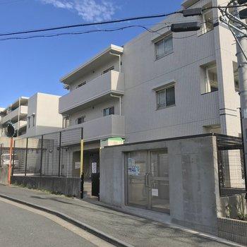 奥に見える建物も含めて1つのマンション。連絡通路のようなもので繋がっていました。