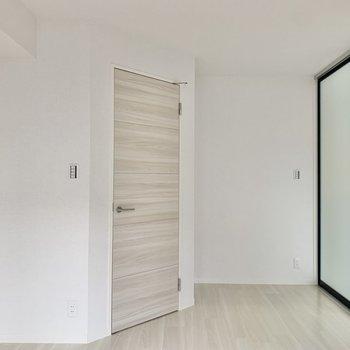 【洋室】ドアを開けてみましょう。