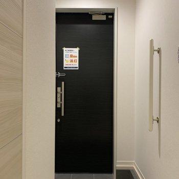手すり付きの玄関。