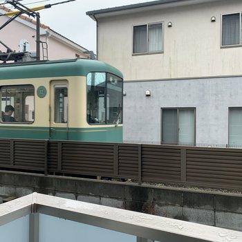 江ノ電が通ります。