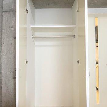クローゼットは奥行きがあります。(※写真は7階の同間取り別部屋、モデルルームのものです)
