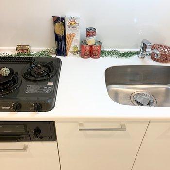グリル付き2口ガスコンロのシステムキッチン。(※写真は7階の同間取り別部屋、モデルルームのものです)