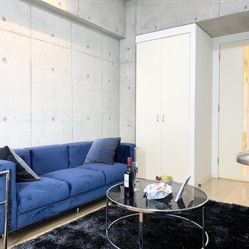色んな家具を配置してもゆとりのある広さ。(※写真は7階の同間取り別部屋、モデルルームのものです)