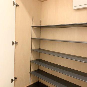 シューズボックスがかなりの大容量!靴だけじゃなく色々収納できそうです。(※写真は7階の同間取り別部屋、モデルルームのものです)