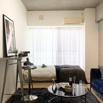 大きな窓から陽の光が差し込みます。(※写真は7階の同間取り別部屋、モデルルームのものです)